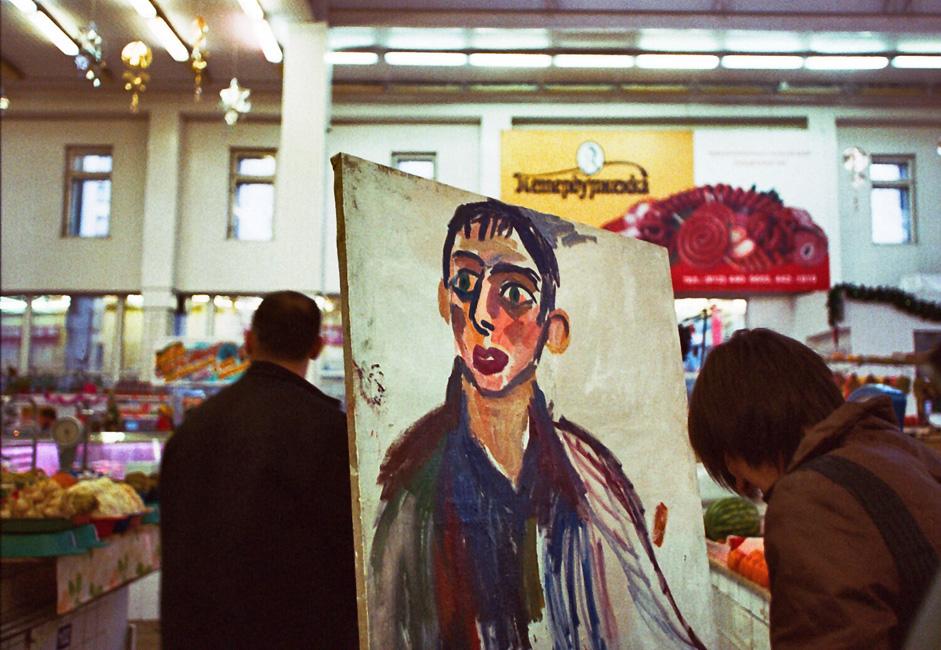 Elle a accroché les portraits de vendeurs de fruits qui ne travaillaient plus sur le marché au-dessus de leurs étals vides. A côté d'eux, elle a placé les portraits des vendeurs de fruits qui travaillaient encore. L'idée principale était de faire voir aux gens de l'art dans un endroit où ils ne s'y attendent pas.