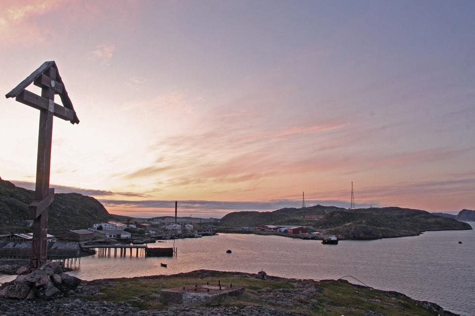 Une croix émouvante, érigée à la mémoire des marins disparus en mer, surplombe la baie, seule bénéficiaire des belles nuances violettes des levers et couchers de soleil.