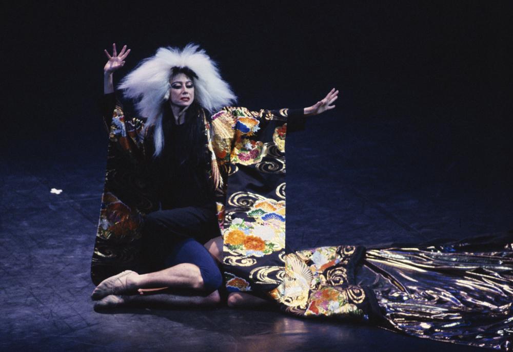 Maya Plisétskaya actuando en una gala en el Teatro Bolshói de Moscú en 1995