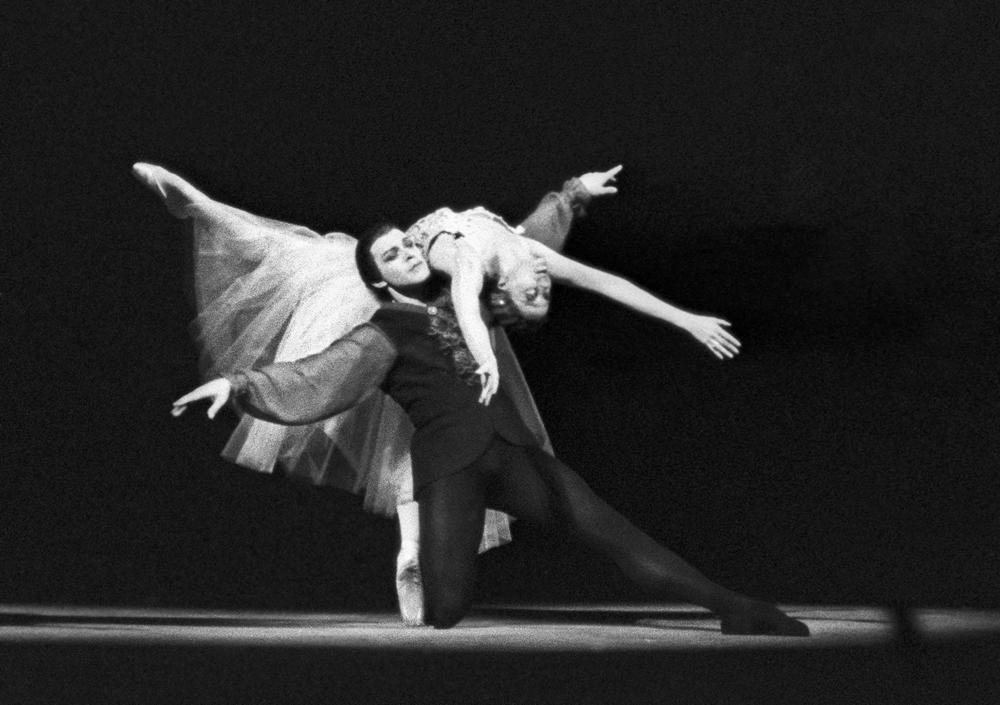 Aquí vemos a Maya Plisétskaya y a Nikolái Fadéiechev interpretando 'Preludios y Fugas' del compositor Johann Sebastian Bach. Teatro Bolshói, 1968.