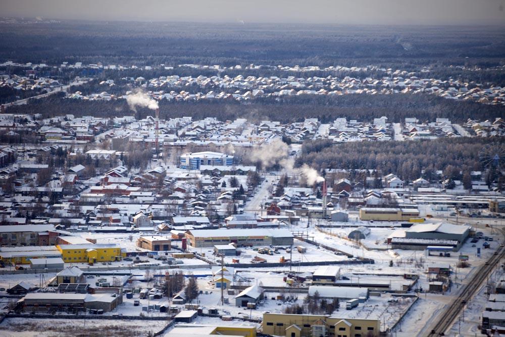 Ovi ljudi putuju iz Jugorksa u selo Svetli. Selo je osnovano 1967. Prema popisu iz 2008. imalo je 1627 stanovnika.