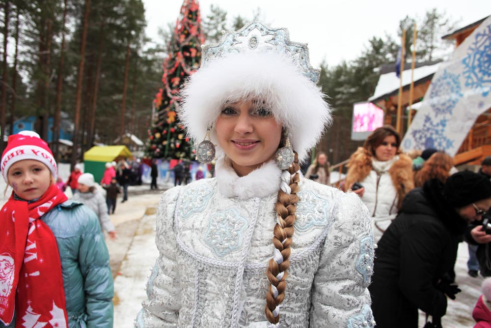 This beatiful girl is Snegurochka (Snow Maiden), Ded Moroz' granddaughter. People playing Ded Moroz and Snegurochka now typically make appearances at children's parties during the winter holiday season throughout Russia. Foto: RICARDO MARQUINA