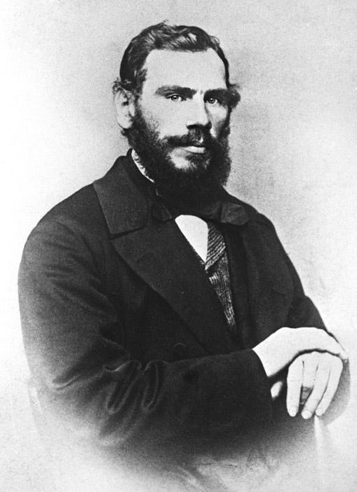Секако, неодминлив е чудниот стил на ЛАВ ТОЛСТОЈ. Со текот на годините вратоврската била комбинирана со селска кошула и чизми. За повеќе интересни стории за познатите руси и нивниот стил: Zewin.ru