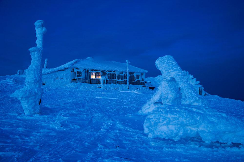 Der Weg endet auf einem kahlen steinigen Berg, über dem an 250 Tagen im Jahr der Wind fegt. Mitten auf dieser Bergspitze steht das Haus der Wetterstation, in dem verschiedenste Welten aufeinandertreffen. Man kann hier einem Höhlenforscher aus Tschukotka, einem Musiker aus St. Petersburg oder auch einer Gruppe von Fotografen aus Moskau oder Jerewan begegnen.