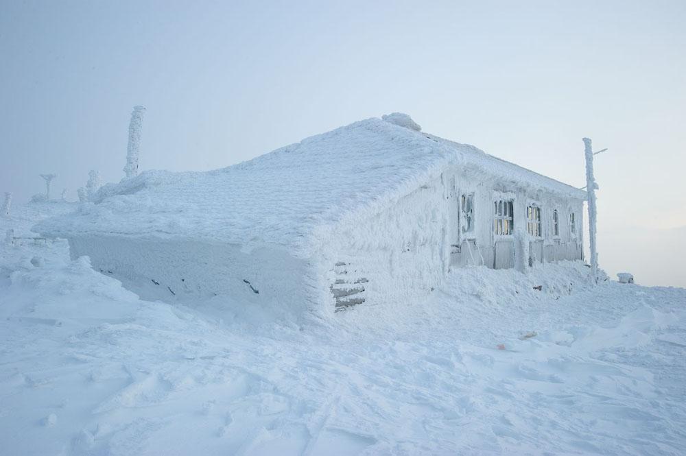 Es gibt jedoch eine Hütte, die selbst unter den überzeugtesten Outdoor-Sportlern sehr geschätzt ist: die Taganaj-Wetterstation.