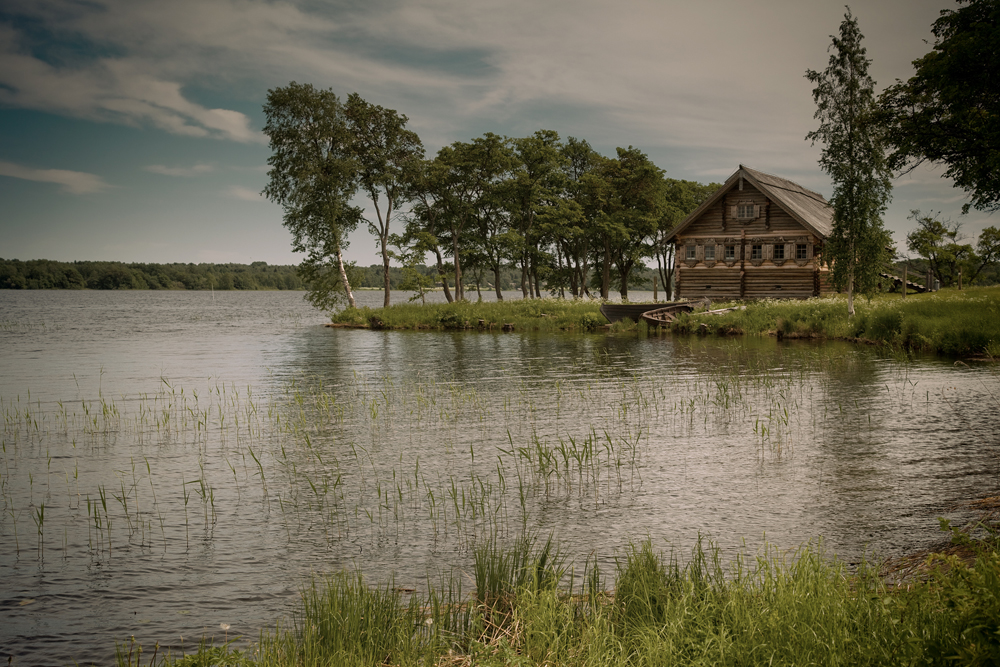 Die Insel Kischi ist der Ort mit den wohl bekanntesten denkmalgeschützten Holzhäusern Russlands, die das ganze Jahr über von Touristen bewundert werden, vor allem aber im Sommer als einer der Programmpunkte der Flusskreuzfahrten zwischen St. Petersburg und Moskau