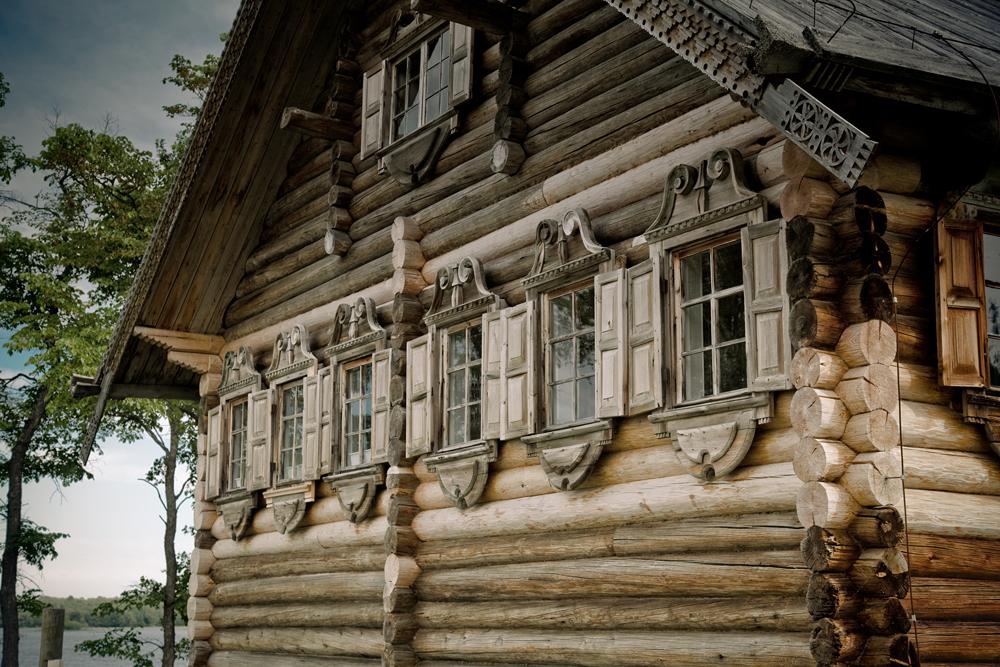 Qu'elles soient grandes ou petites, les façades extérieures de ces bâtisses étaient décorées de façon traditionnelle, avec des encadrements de fenêtres travaillés (nalitchniki) et des lambrequins ajourés décoratifs pour le toit. Durant les XVIIIème et XIXème siècles, les motifs, tirés de l'art populaire, sont devenus particulièrement travaillés.