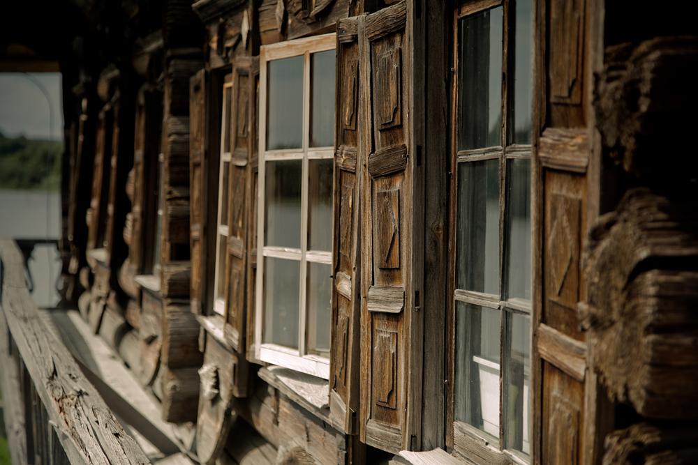 Des exemples de ces maisons, construites principalement à la fin du XIXème siècle, sont disséminés sur toute l'île de Kiji, certains bâtiments étant massés autour de l'ensemble religieux originel sur la partie basse de l'île, d'autres étant situés au milieu ou plus au nord de l'île. Ces sites exposent des structures issues de différents districts de la région nord-ouest du lac Onega, notamment des villages peuplés de Caréliens et de Veps.