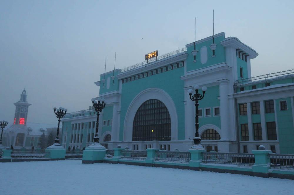 Novosibirsk je najveće prometno središte u Zapadnom Sibiru smješteno na raskrižju brojnih prometnica, uključujući i Transsibirsku željeznicu. Postoji i željeznica koja ga spaja s Centralnom Azijom.