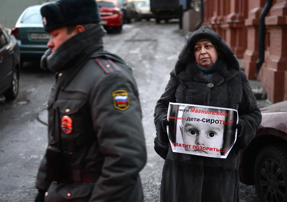 2012年12月26日//ロシアの立法者が米国向けの養子縁組禁止法案を支持//2009年に発生した弁護士セルゲイ・マグニツキー氏の死亡事件に関与したことが疑われるロシア人に対し、入国などの制限を課するアメリカのマグニツキー法への対抗策をモスクワが模索する中、ロシアの立法者たちはロシアの児童を米国に養子縁組に出すことを禁止する法案を可決した。この法案は、米国が資金提供しているNGOを閉鎖することも提案しており、これがロシア人児童が里親を探すのを妨害することで逆効果をもたらし、市民社会の機能に害を及ぼしかねないと論じる専門家もいる。このロシアの法案は、アメリカ人の家族に養子として引き取られた幼児のディーマ・ヤコフレフちゃんが、2008年に暑い天候の中、継父のマイケル・ハリス氏によって数時間も車の中に置き去りにされた結果死亡したことにちなんで名付けられたものだ。ハリス氏は過失致死罪に問われたが、後に米国の法廷で無罪判決を受けている。