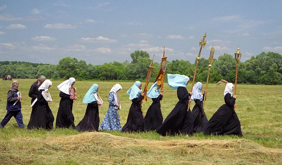 Црковна литија оди од Спаскиот манастир (Костомаровск, Вороњешка област) до светиот извор на реката Дон.