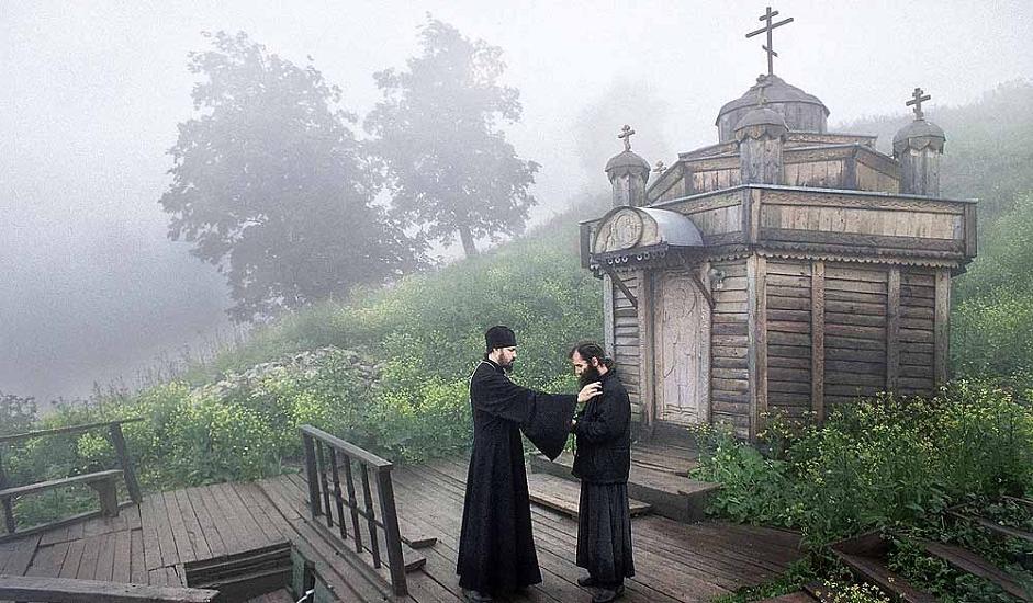 Николаевскиот Белогорски манастир (Пермски крај). Манастирот е основан во 1897 година, за да можат староверците да ја извршуваат својата мисионерска дејност. Обновен е во 1990 година. На фотографијата јеромонахот Алипиј разговара со еден од монасите недалеку од изворот на свети Николај Чудотворец.