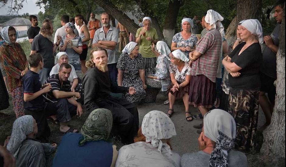 Повеќедневно верско поклонение во Вороњешката област. После вечерата, водачот на групата поклоници, јеромонахот Тихон, одговара на прашањата на присутните.