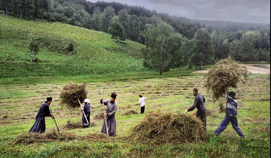 Манастирот во голема мерка се издржува со приходите од сточарство. Монасите чуваат крави, коњи, кокошки и пчели. Имаат и земјоделски машини, како и мал вештачки рибник. Планинската клима е многу променлива и братството на манастирот мора да побрза со собирањето на сено пред да започнат дождовите.