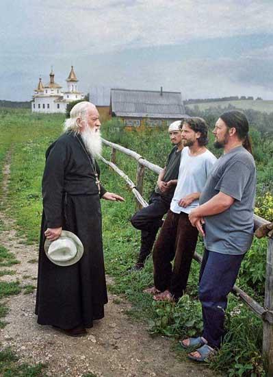 Отец Николај, старецот на Уфимската епархије, го посетува манастирот да одговори на прашањата на работниците. Мирјаните често го поминуваат времето во манастирот. Целта на нивната посета е несебичната желба да помогнат на манастирското семејство. Покрај тоа, на луѓето честопати им е потребна духовна помош и поддршка или патоказ во потрагата за нови погледи на животот.