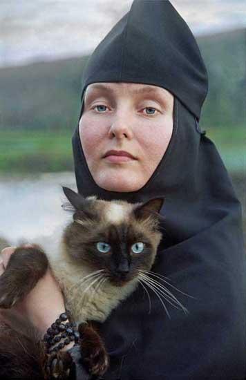 Бородичниот-Табински манастир (Красноусољск, Башкирија). Се наоѓа на падините на Уралските планини на реката Усолка. Првиот манастир на ова подрачје бил основан во 1597 година. На фотографијата е сестрата Стефанида со својата мачка. Стефанида има завршено музичка академија и пее во манастирскиот хор.
