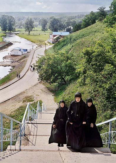 """Овој современ манастир основан е во 1997 година недалеку од санаториумот """"Красноусољск"""". Местото е познато по изворите на лековита минерална вода. Во позадината се светиот извор на реката Усолка и зградите на манастирот."""