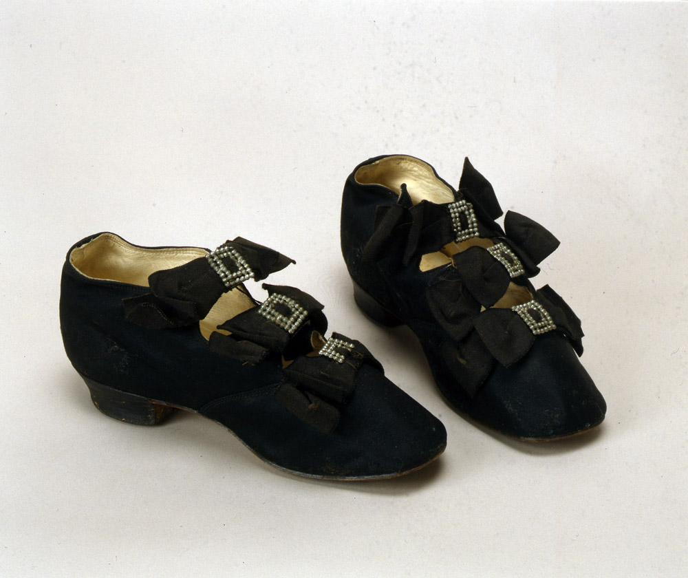 Chaussures d'enfants, 1870, Russie. Extérieur en tissus, semelle en cuir et boucles métalliques.