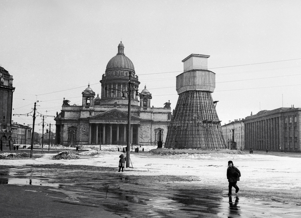Despite the failures of earlier operations, lifting the siege of Leningrad was a very high priority, so new offensive preparations began in November 1942. // A monument to the emperor Nicholas I in the Isaak Square, concealed during the Leningrad blockade.