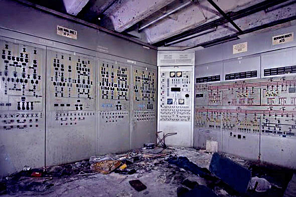 This is what a Danube-3 type radar station looks like on the inside. The technology was used to monitor the sky around Moscow to give advance warning of a missile attack. During disarmament, the station was just abandoned; nothing was destroyed and many items were simply left behind.