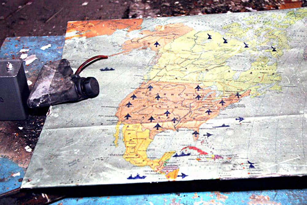 Mapas dos Estados Unidos com indicações de instalações militares eram desenhados tanto pelos militares como pelos ladrões de metal, que saquearam o lugar logo após os soldados partirem.
