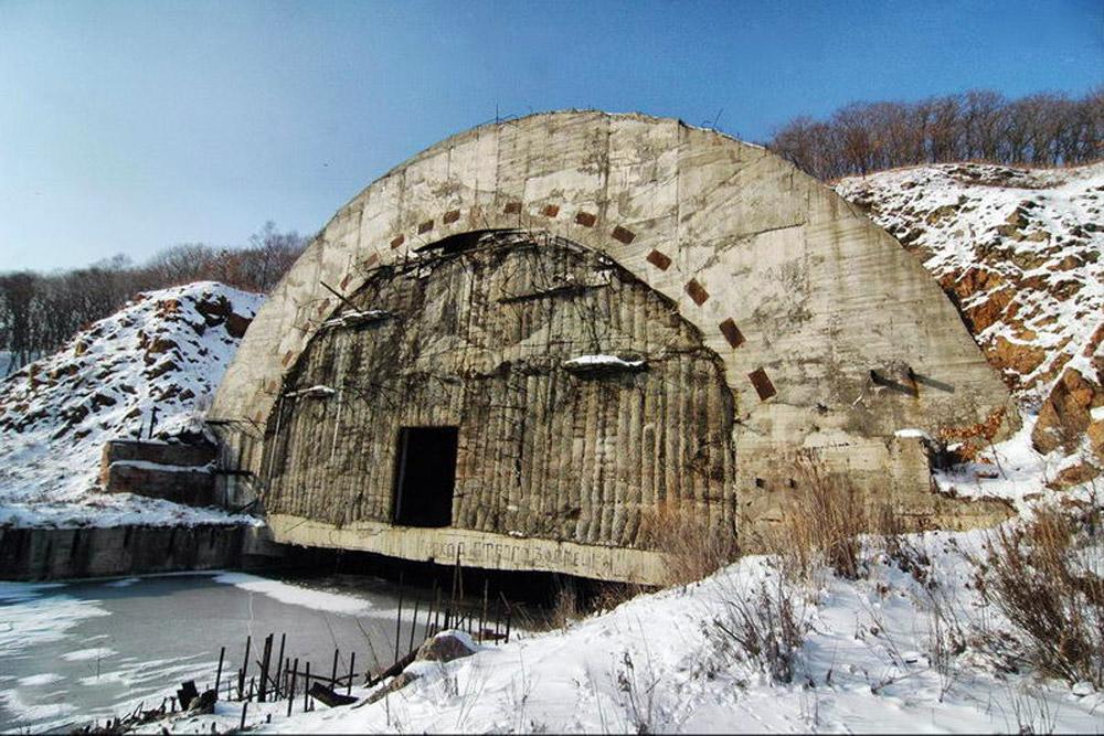 No caso um ataque nuclear, submarinos soviéticos deveriam se aproximar destas portas. Esse abrigo antibomba foi construído para resistir a um ataque direto com bomba nuclear. Hoje, a maior ameaça para esta instalação vem dos ladrões de metal.
