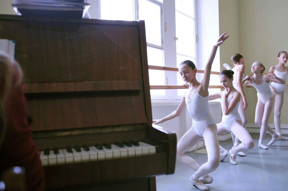 Probablement l'art le plus esthétique et le plus spectaculaire, le ballet reste un vrai défi pour ceux qui décident d'en faire leur métier. Pourquoi avons-nous besoin du ballet ? Pourquoi donc des enfants sacrifieraient-ils leur enfance pour devenir danseurs de ballet ? Pourquoi tant de Russes continuent à rêver de carrières dans le ballet alors que si peu se transforment en réel cygne ?