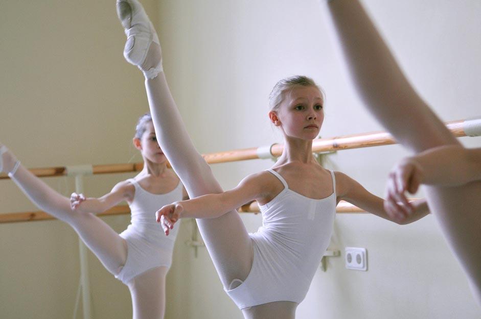 Il y a beaucoup de chemins qui mènent au ballet. Les enfants prennent souvent seuls la décision de changer de vie avant leur entrée à l'école. « J'ai vu Le Lac des cygnes à Tcheliabinsk quand j'avais cinq ans. J'ai été subjuguée par cette ambiance de contes de fées ; quelque chose d'élégant, de raffiné et de distant, quelque chose d'inaccessible. Après le spectacle, je savais ce que je voulais faire de ma vie et ce n'était pas juste un rêve d'enfant » explique Anastasia Kolegova, soliste dans la troupe de ballet du Mariinski.