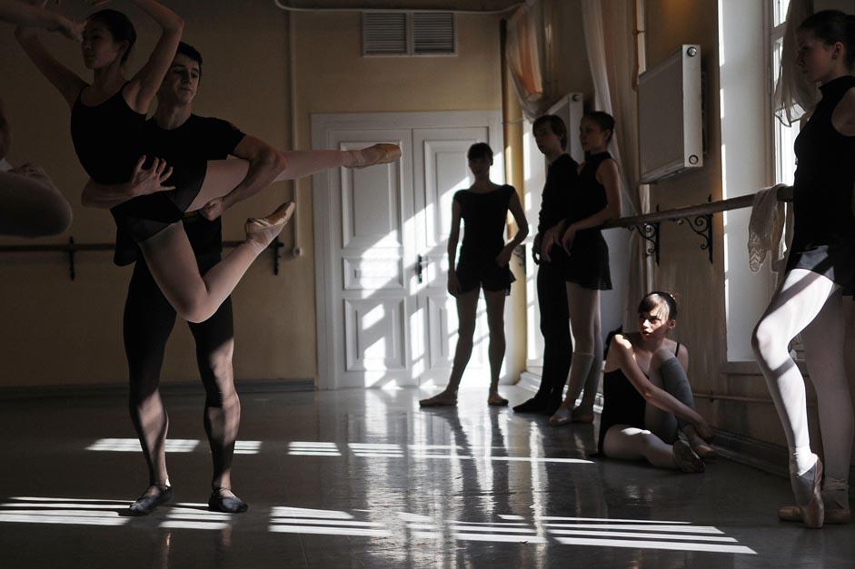 Les enfants qui ont contracté la fièvre de la danse essaient de s'évaluer par tous les moyens. Ian Godovski, danseur étoile, a été accepté dans une école de ballet après avoir gagné une compétition de danse de salon à un camp d'été.