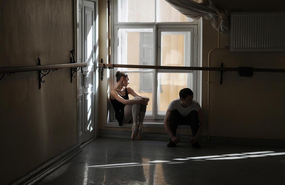 La vie stressante d'un danseur de ballet débute dès son admission à l'école de ballet. Les enfants sont soumis à des examens d'entrée très rigoureux où ils sont minutieusement examinés : leur santé, leur stature, leur souplesse, leur coordination et leur posture ainsi que leur musicalité et leur capacité à tordre leurs pieds. Auparavant, les comités de sélection avaient pour habitude de voyager dans toute l'Union soviétique à la recherche d'enfants doués que l'on trouvait aux quatre coins du pays, et ce, même dans les villages les plus reculés. Aujourd'hui, ce genre de comité est plutôt rare.