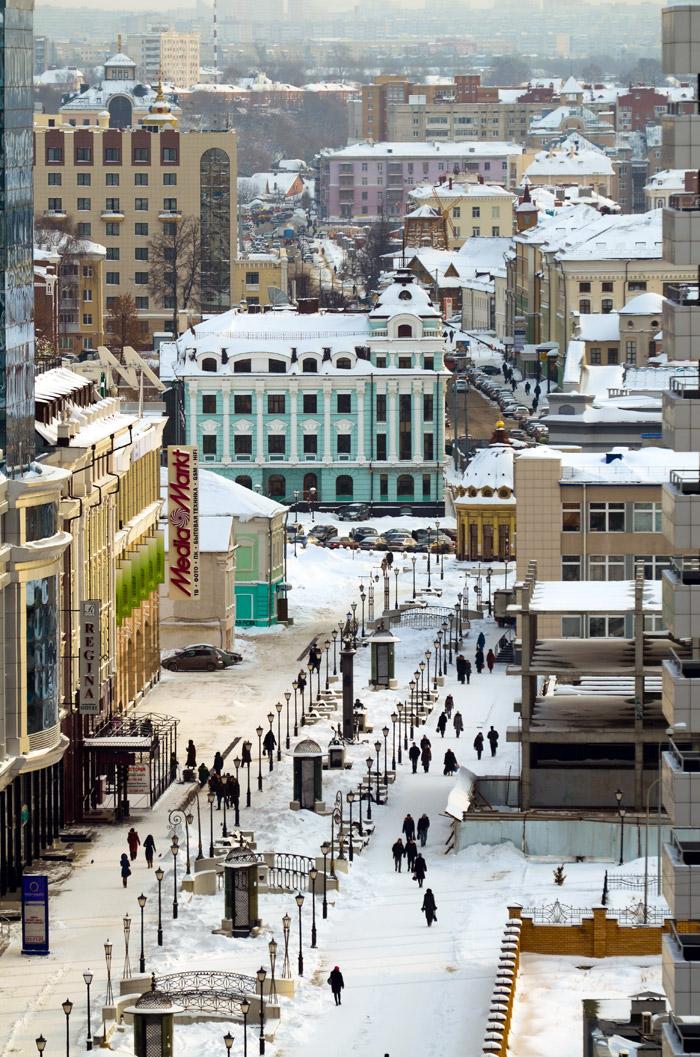 Zu den bedeutendsten Bauwerken des Kremls zählt die Mariä-Verkündigungs-Kathedrale mit fünf Kuppeln und sechs Säulen (1561-62) sowie der ungewöhnliche, schiefe Sujumbike-Turm, der nach Kasans letzter Königin benannt ist und als eine der bemerkenswertesten Sehenswürdigkeiten der Stadt gilt.