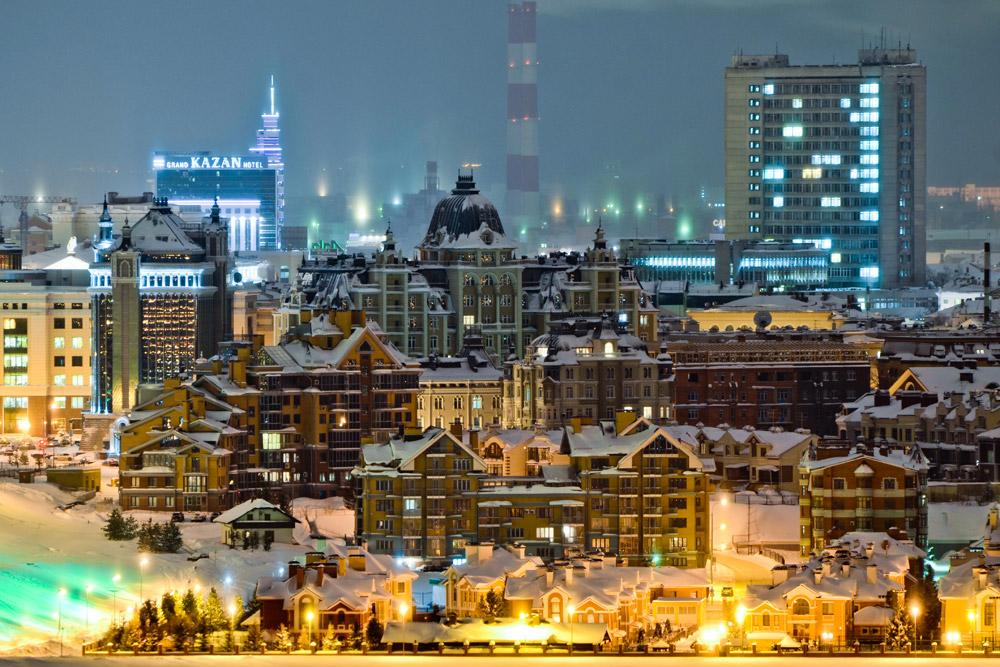 """Die Aussicht vom Kreml-Platz, die Kul-Scharif-Moschee und die futuristisch anmutende """"fliegende Untertasse"""" des Kasaner Zirkus gelten als die Wahrzeichen der Stadt."""