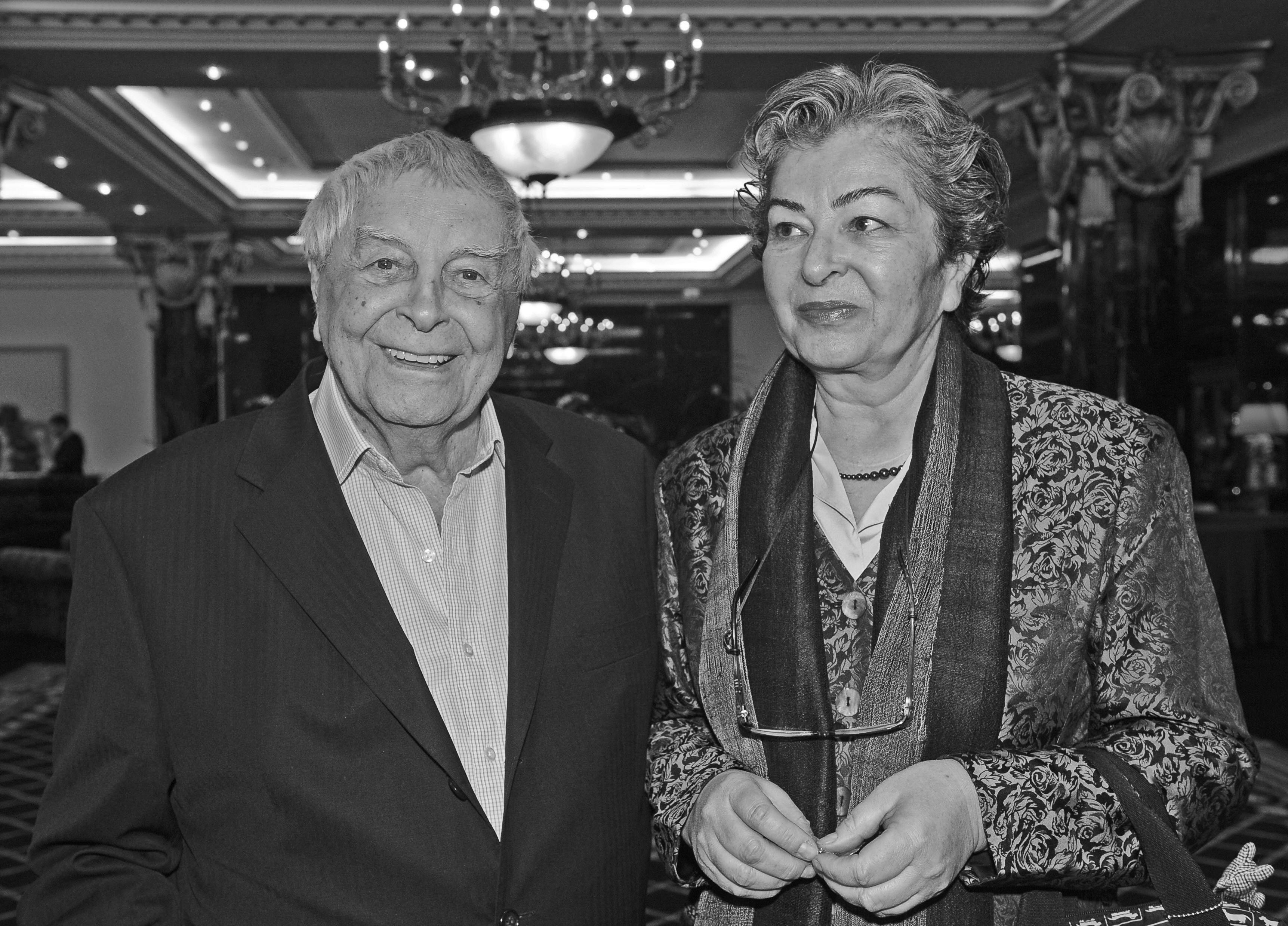ユーリ・リュビーモフとカタリーナ・クンツ // ユーリ・リュビーモフはソビエトとロシアの舞台俳優で、彼自身が創設し、国際的に著名なタガンカ劇場の監督を務めた。彼は、ロシア演劇界の代表的人物の一人である。ハンガリーのツアー中、彼は当地のジャーナリスト、カタリーナ・クンツと知り合った。それ以来、2人はずっと一緒だ。2011年に発生したスキャンダル後に辞任するまでタガンカ劇場の支配人を務めたカタリーナと、同劇場に所属する俳優の間柄は困難で複雑であったが、彼らとリュビーモフの関係は未だに変化がない。