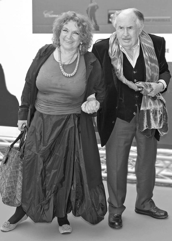 トニーノ・グエッラとエレノーラ・ヤブロチュキーナ // トニーノはイタリアの強制収容所の生存経験をもつ詩人、作家、脚本家で、世界中の屈指の映画監督と協力した。彼はミケランジェロ・アントニオーニと『赤い砂漠』、『欲望』、『砂丘』と『ある女の存在証明』で、フェデリコ・フェリーニとは『フェリーニのアマルコルド』で共に仕事をしている。彼にとっての主なミューズは、ロシア人のエレノーラ・ヤブロチュキーナだ。当初、彼はロシア語を話せず、彼女はイタリア語を話せなかった。しかし、彼らは共通の言葉を話すことにすぐに慣れた。トニーノは彼女のおかげで、自分も半分ロシア人になったことに気づいた。