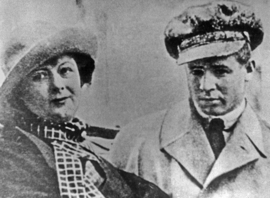 セルゲイ・エセーニン、イサドラ・ダンカン // イサドラ・ダンカンはアメリカ人のダンサーだった。カリフォルニア生まれの彼女は、22歳の時から50歳で死を迎えるまでを、西ヨーロッパとソビエト連邦で過ごした。ソビエトに対して支持的だった彼女はアメリカ合衆国から追放されたが、その後、彼女はヨーロッパ中で高い評価を獲得した。セルゲイ・エセーニンは最も人気と知名度が高いロシア人詩人の一人だった。セルゲイはイサドラよりも18年若かったが、1922年、イサドラとセルゲイは互いに愛する関係になった。エセーニンは彼女のアメリカとヨーロッパのツアーに付随した。その翌年、彼はイサドラと別れてモスクワに戻った。彼は1925年、30歳のときに自殺した。