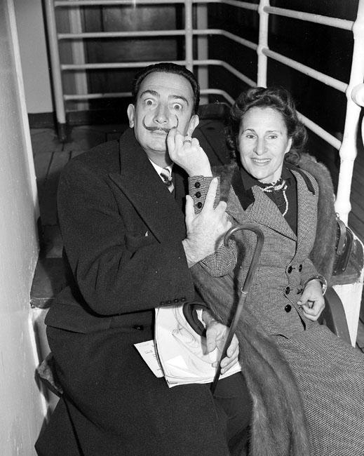 サルバドール・ダリとガラ // ガラはサルバドール・ダリの妻で、彼にとってのインスピレーションの源だった。1929年8月、すでに人気を博していたダリは、生涯を通じて重要なミューズとしてインスピレーションを与え、将来の妻となるガラ(本名はエレナ・イヴァノヴナ・ディアコノワ)に出会った。彼よりも10年年長の彼女はカザン出身のロシア人移民で、当時シュルレアストの詩人ポール・エリュアールの妻だった。ロシア人知識層の家に生まれたガラは、ダリと共に築いていた自由奔放なライフスタイルを謳歌した。ガラは1982年6月10日に87歳で死去した。ガラの死後、ダリは落胆して生きる気力を失った。