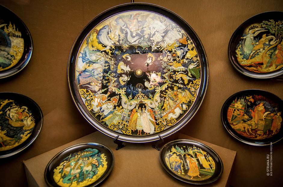 Palekh fakes comprise 80-90 percent of the market. The law against piracy doesn't work. Souvenir shops buy things from artists that have not passed muster with the experts.