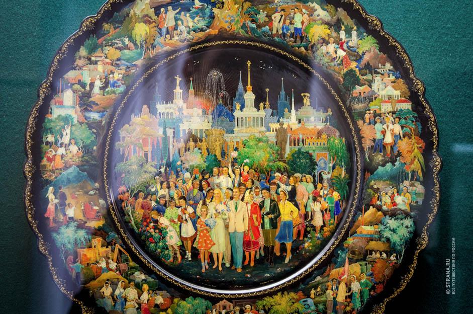Après la révolution bolchevique de 1917, les peintres d'icônes ont été obligés d'utiliser leur talent différemment. Ils ont commencé à décorer des cuillères en bois, des poupées gigognes (matriochkas), des boîtes, des plats, etc.