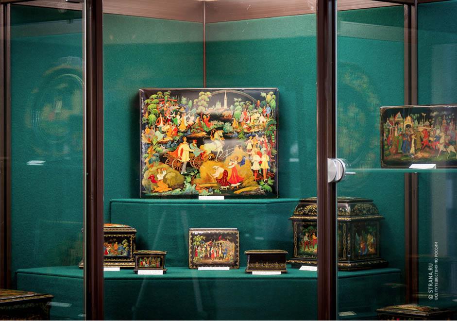 En 1928, ils ont commencé à enseigner leur art à de jeunes artistes pour que ceux-ci puissent prendre la relève. En 1935, le musée de Palekh a été créé. Il abrite aujourd'hui une collection inestimable d'icônes, de miniatures laquées, de dessins et de peintures.