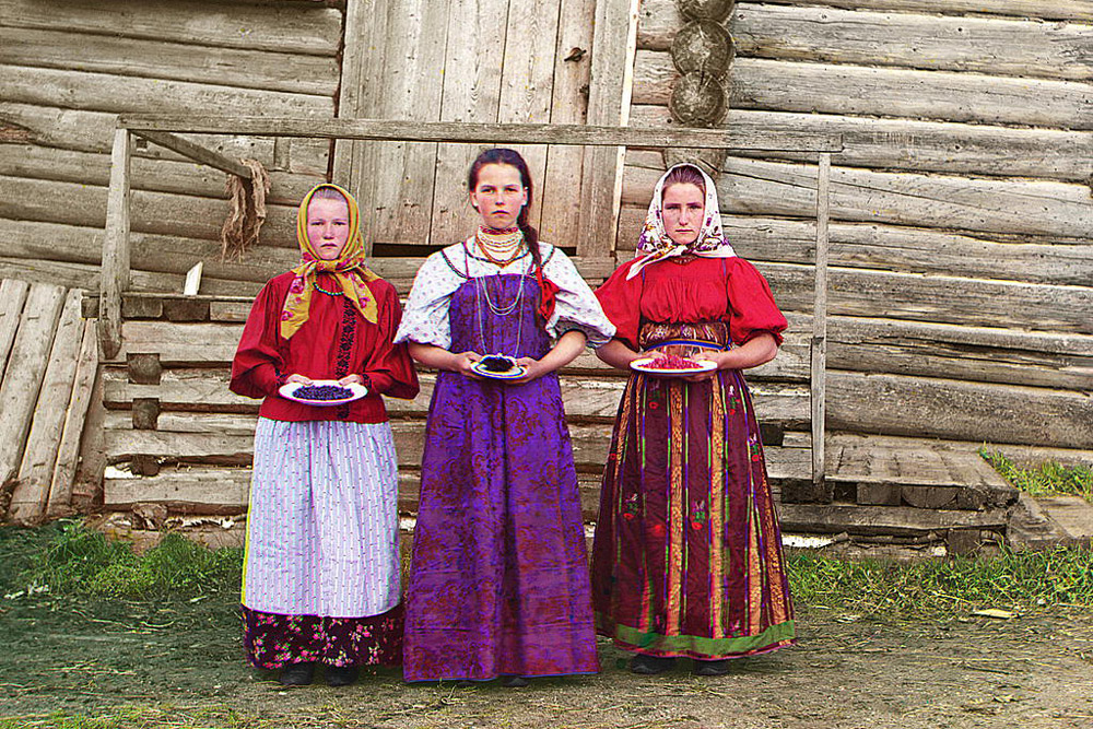 Peasant girls. 1909 // The Tsar Nicholas II enjoyed the color photos, and, with his blessing, Prokudin-Gorsky got the permission and funding to document Russia in color.