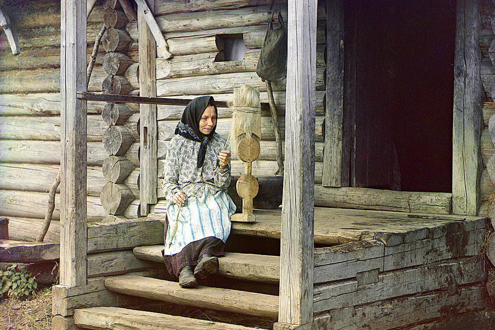 Spinning yarn. In the village of Izvedovo, near Suzdal. 1910 // Prokudin-Gorsky considered the project his life's work and continued his photographic journeys through Russia until after the October Revolution in 1917.