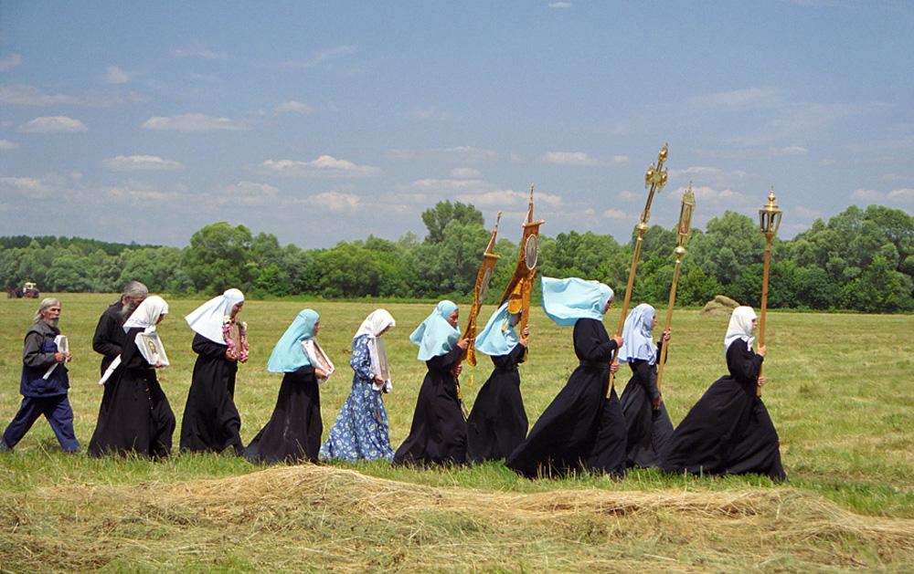 De nos jours, alors que l'intérêt pour l'orthodoxie grandit en Russie, malgré la quantité impressionnante d'informations critiques envers l'Eglise, Sergueï Smirnov, un photographe professionnel, est probablement le meilleur guide. Au moins, le plus objectif. Sergueï Smirnov a visité une douzaine de monastères et couvents russes. Ceci est une procession religieuse au couvent Kostomarovsk Spassky (Oblast de Voronej) vers une source sainte sur le fleuve Don.