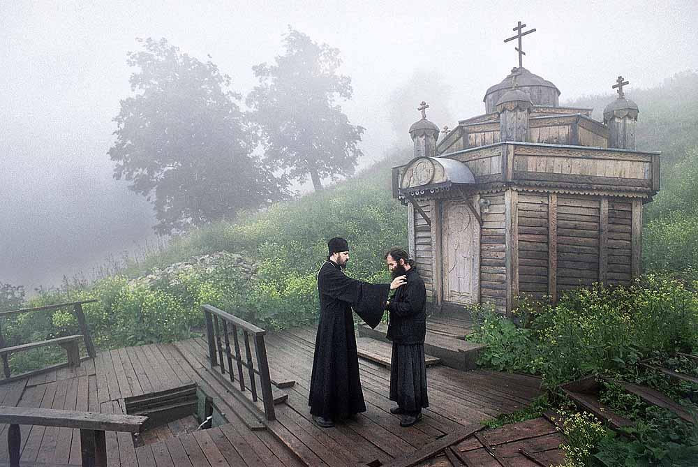 Monastère Nikolaïevsk Belogorsk, territoire de Perm. Situé dans les montagnes de l'Oural, où les schismatiques, les serfs, et les voleurs ont fui pour échapper à la répression et aux persécutions. Le monastère a été fondé en 1897 par les Vieux-croyants afin d'accomplir un travail missionnaire. Restauré en 1990. Sur la photo, l'hiéromoine Alipi parle à un habitant du monastère près de la source sacrée de Saint Nicolas le Thaumaturge.