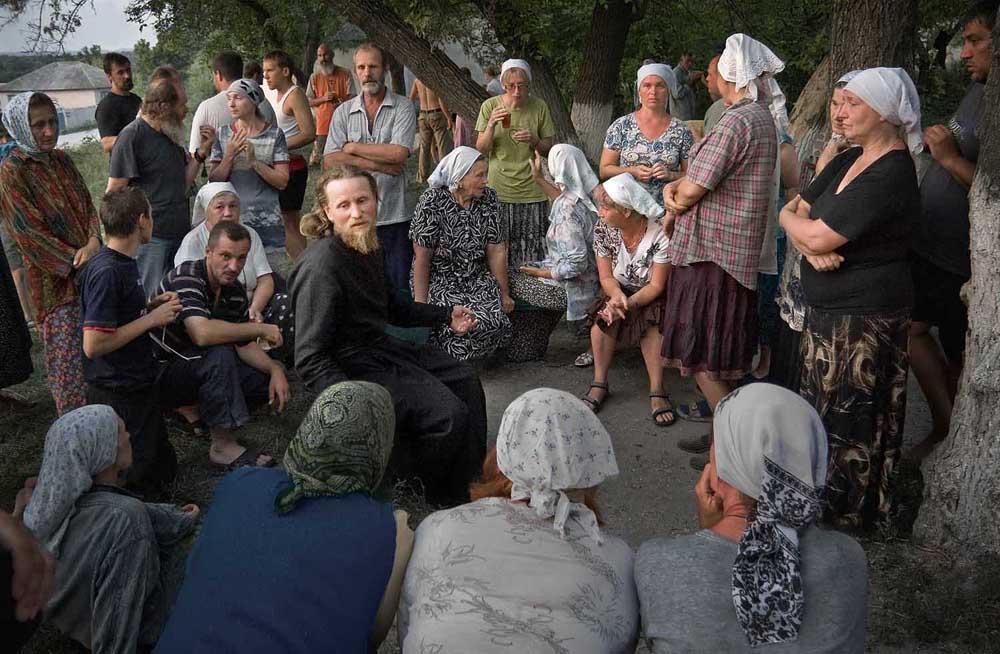 Une procession religieuse de plusieurs jours dans l'Oblast de Voronej. Après le repas du soir, le chef de la procession, l'hiéromoine Tikhon, répond aux questions des participants.