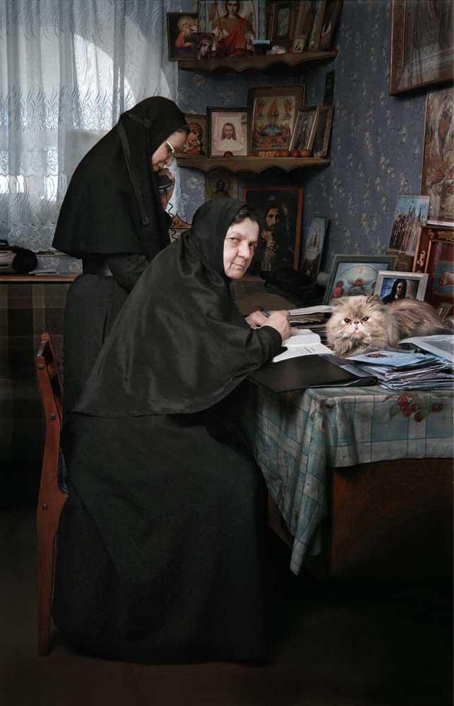Couvent Serafim-Pokrovsky, Leninsk-Kouznetsk, Oblast de Kemerovo. Un couvent moderne. La Mère Supérieure Maria dans son bureau.