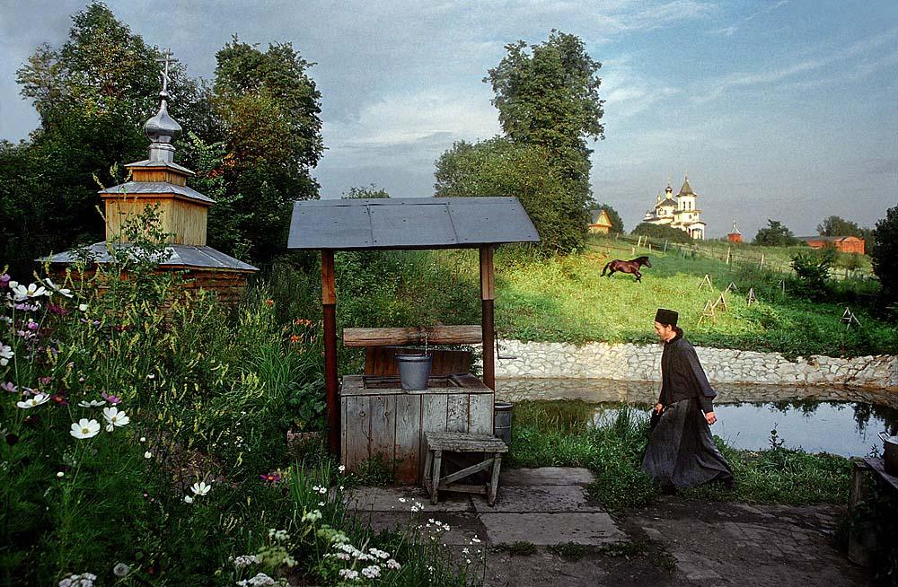 Le monastère Ouspensky Svyato-Georgiev [Assomption de St. George] « buissons sacrés », Bachkirie, a ouvert en 1901. Il est situé au milieu des forêts, des prairies, et des basses collines, loin des zones habitées.
