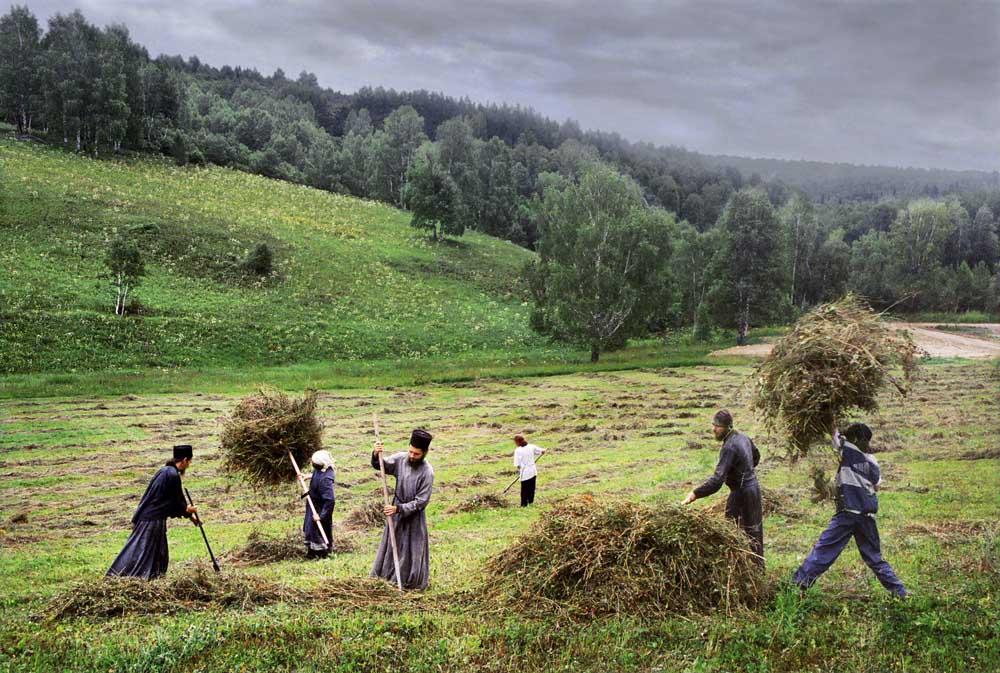 Le monastère fait un usage intensif de l'agriculture de subsistance. Les vaches, chevaux, poulets et abeilles font tous l'objet d'un élevage. Il y a des machines agricoles, et un petit étang artificiel. Près de l'étang, une chapelle se dresse au-dessus d'un puits sacré. Le climat de montagne est très variable, et les frères doivent se dépêcher de récolter le foin avant la pluie. Restauré en 1997, c'est un monastère pour hommes.
