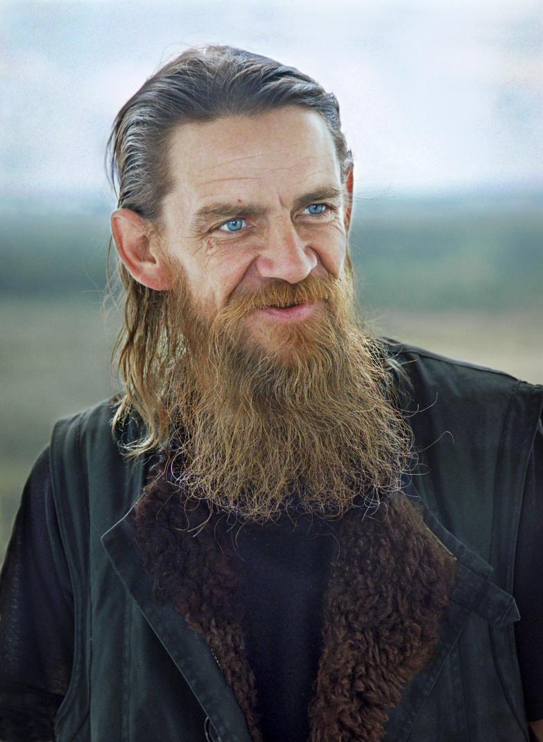 Monastère Ioanno-Bogoslovsk, Tcherdyn, territoire de Perm. Tcherdyn est l'un des plus anciens épicentres de l'Orthodoxie en Russie. Le monastère a été fondé au 15ème siècle, et a rouvert en 2003. Durant les premières années de sa « résurrection », il y avait quelques moines dans les monastères, peu d'argent et beaucoup de travail. Pour commencer, le monastère permettait à tous les gens de passage de rester. En règle générale, c'étaient des personnes issues de milieux défavorisés, y compris d'anciens prisonniers.