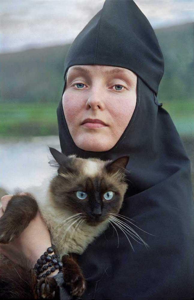 Couvent Bogoroditsa-Tabynsk, sanatorium de Krasnoussolsk, Bachkirie. Situé dans les contreforts des montagnes de l'Oural, sur la rivière Oussolka. Le premier monastère a été créé dans la région en 1597. Sur la photo, on voit la Sœur Stefanida avec son chat. Stefanida est diplômée du collège musical, elle chante dans la chorale monastère, et aime faire des maquettes.