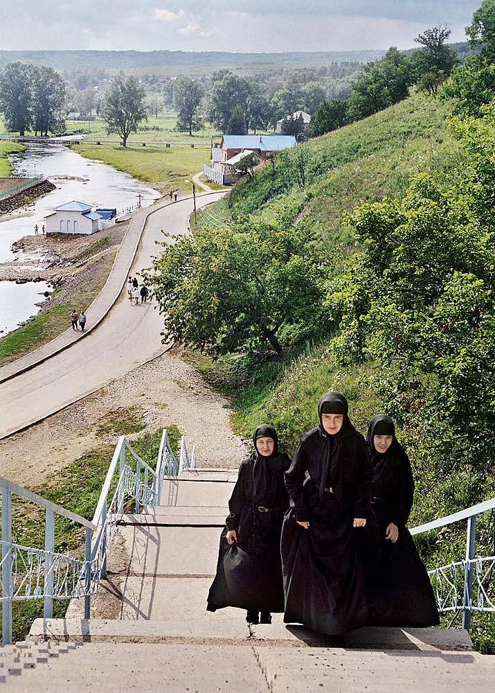 Ce couvent moderne a été fondé en 1997 près du sanatorium de Krasnoussolsk. La localisation est connue pour ses sources thermales d'eau minérale. Dans le fond, la source sacrée de la rivière Oussolka et des bâtiments monastiques.